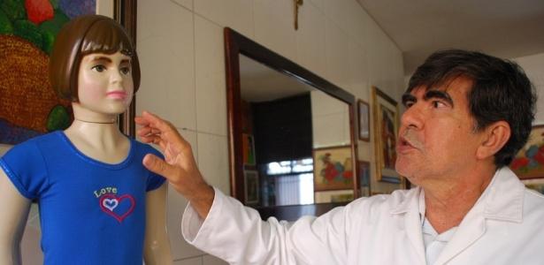 Médico-legista George Sanguinetti mostra boneca com as mesmas dimensões e peso de Isabella Nardoni que tem em casa, na capital alagoana; legista acredita em violência sexual