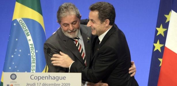 O presidente brasileiro Luiz Inácio Lula da Silva é cumprimentado pelo presidente da França, Nicolas Sarkozy, durante coletiva de imprensa na Conferência de Copenhage, na Dinamarca