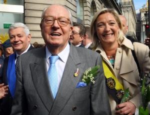 O líder de extrema-direita francês, Jean-Marie Le Pen, ao lado da filha, Marine Le Pen, que se preparara para assumir a liderança do partido