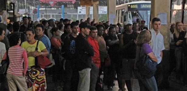 Trabalhadores aguardam para embarcar no terminal rodovi&#225;rio Campo Grande, zona oeste do Rio; <b>Veja mais fotos</b>