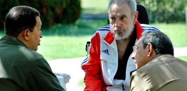 O presidente venezuelano, Hugo Chavez, é recebido em Havana pelo presidente Raúl Castro e seu irmão, Fidel