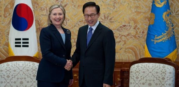 A secretária de Estado dos EUA, Hillary Clinton, foi recebida na manhã desta quarta-feira em Seul (26) pelo presidente sul-coreano Lee Myung-Bak