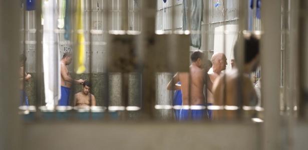 Presos sem camisa tentam se refrescar em celas sem ventilação na região de Vitória, no Espírito Santo. Penitenciárias brasileiras foram alvo de crítica da Anistia Internacional