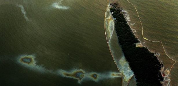 Região coberta por mancha de óleo próximo à Brush Island, EUA; <b>veja mais fotos</b>