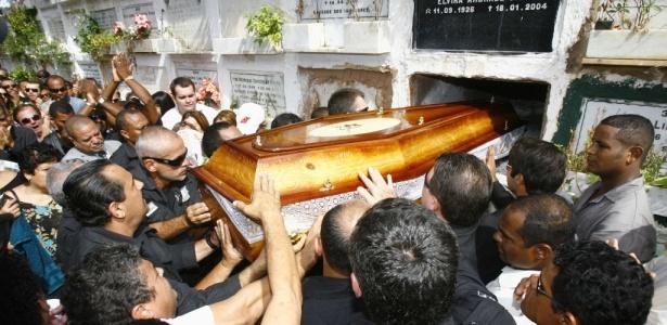 Corpo do delegado Clayton Leão Chaves, 35, foi enterrado nesta quinta-feira (27) em Salvador