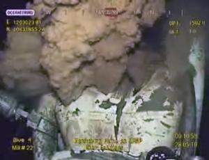 Imagem feita a partir de transmissão de vídeo mostra barro espirrando em um cano quebrado do poço de petróleo que está vazando no Golfo do México