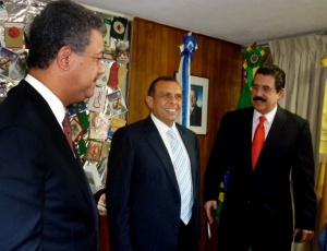 O novo presidente de Honduras, Porfirio Lobo Sosa (centro) ao lado do presidente da República Dominicana Leonel Fernandez (esquerda) e do ex-presidente de Honduras, Manuel Zelaya, no dia em que o presidente deposto saiu do refúgio na embaixada brasileira em Tegucigalpa