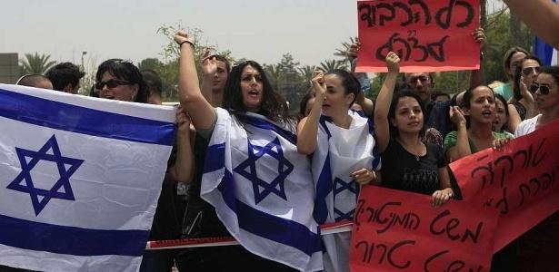 Cidadãos israelenses demonstram apoio ao ataque contra frotilha que levava ajuda a Gaza. Desde segunda-feira o mundo se mobiliza em solidariedade às vítimas do ataque. <b> Veja imagens dos protestos pelo mundo</b>