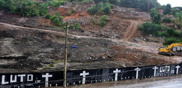 Quase dois meses depois da tragédia, no dia 1º de maio, moradores fizeram tapume em memória às vítimas do deslizamento no morro do Bumba