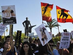 Manifestantes protestam contra touradas em frente à praça de touros Real Maestranza, em Sevilha