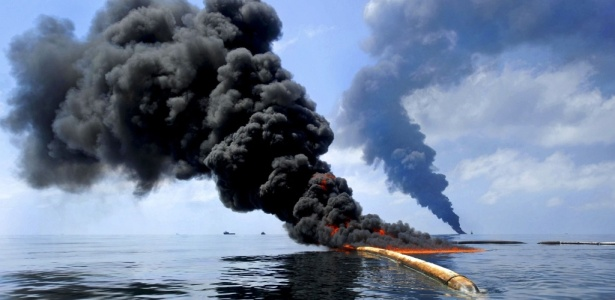Petróleo queima em incêndio controlado no golfo do México, para evitar chegada à costa dos EUA