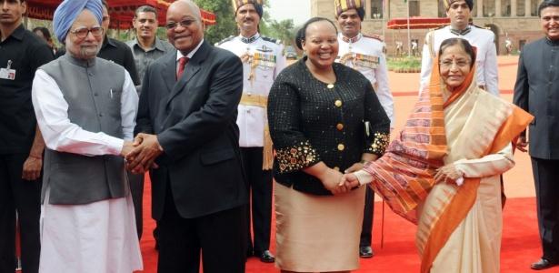 Ao centro, o presidente sulafricano, Jacob Zuma, e sua esposa, Nompumelelo Ntuli-Zuma, que supostamente o teria traído, são recebidos na Índia pelo primeiro-ministro indiano Manmohan Singh e pela presidente Prathibha Singh Patil. O encontro aconteceu hoje em Nova Déli