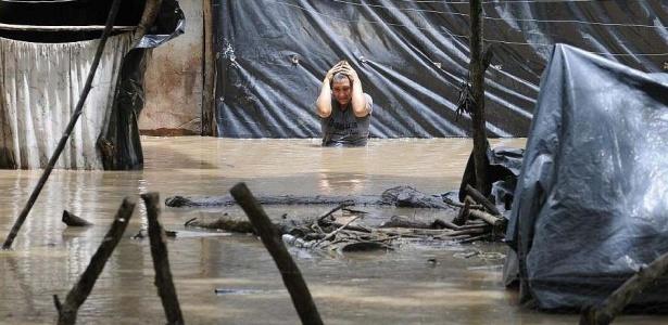 Desolada, moradora do município de Jiquilisco, em El Salvador, observa os estragos da tempestade tropical Agatha. Centenas de pessoas morreram em decorrência dos deslizamentos e inundações provocados pelo mau tempo em diversos países da América Central; <b>Veja mais</b>