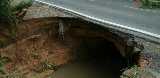 Cratera no km 26 da BR-101, no município de Joaquim Gomes, em Alagoas