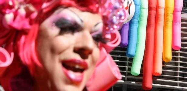 Drag queen posa para foto na Parada Gay 2010; Veja outras imagens da festa em São Paulo