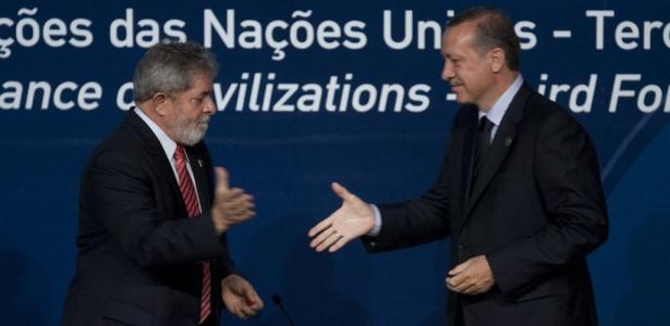 Premiê turco, Recep Tayyip Erdogan (D) cumprimenta presidente brasileiro Luiz Inácio Lula da Silva: de olho em uma nova ordem, mais distante dos Estados Unidos e da União Europeia