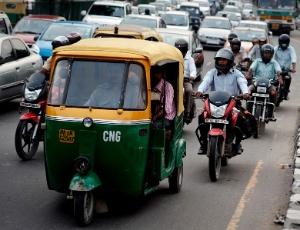 Motoristas enfrentam o trânsito em Nova Déli, na Índia