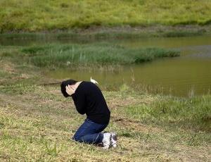 Irmão da advogada desaparecida chora ao ver o corpo da vítima, encontrado em represa