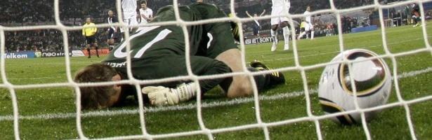 Goleiro inglês Robert Green falha e não consegue segurar a bola após o chute de Clint Dempsey, cedendo o gol de empate aos Estados Unidos