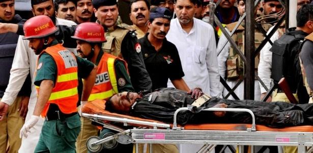 Homem ferido é levado para hospital após o atentado em Lahore; <b>VEJA MAIS</b>