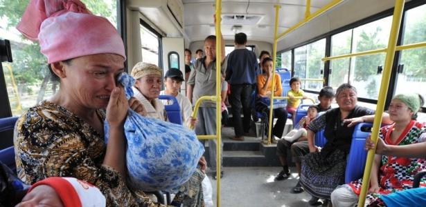 Apesar da fronteira fechada, milhares de pessoas deixam as zonas de conflito do Quirguistão