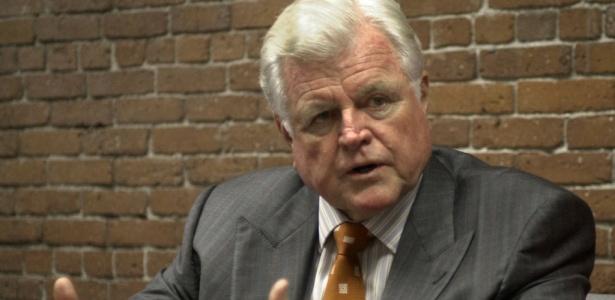 Senador Edward Kennedy fala com jornalistas em foto de 2003