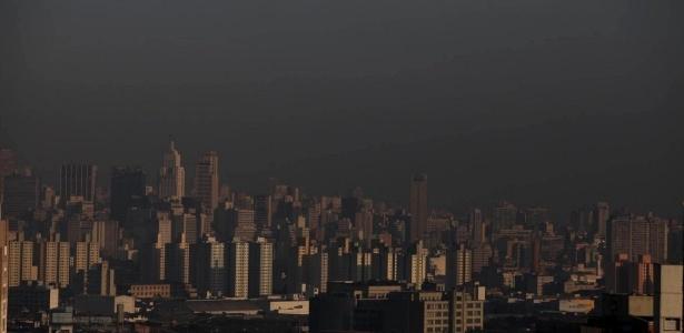 Faixa de poluição sobre a cidade de São Paulo durante a manhã da última terça-feira (15)