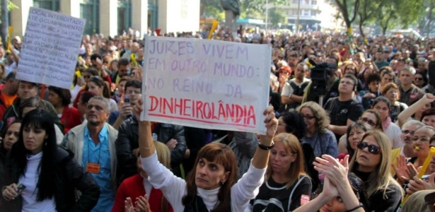 Funcionários em greve fazem passeata em frente ao Fórum João Mendes, centro de São Paulo, por reposição salarial