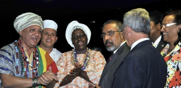 Senador Paulo Paim (de óculos) comemora a aprovação do Estatuto da Igualdade Racial