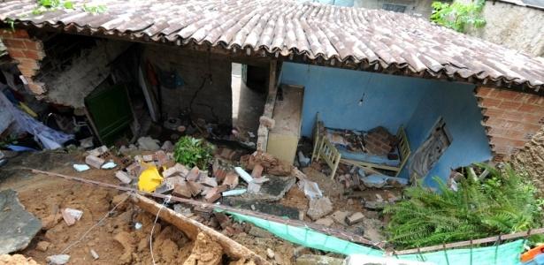 Casa foi atingida por muro no local do deslizamento após chuvas no Recife; veja mais fotos