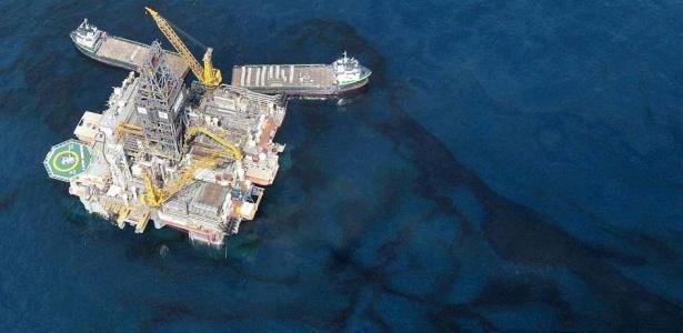 Diversas manchas de óleo ainda podem ser vistas do alto em locais próximos onde aconteceu o desastre com a plataforma da BP no golfo do México,