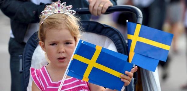 Menina sustenta bandeirinhas suecas