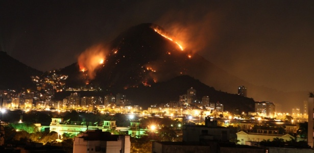 Incêndio atinge morro na região da Lagoa Rodrigo de Freitas, no Rio de Janeiro