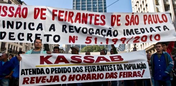 Feirantes fazem protesto pela alteração do decreto em frente à Prefeitura de São Paulo, no dia 7