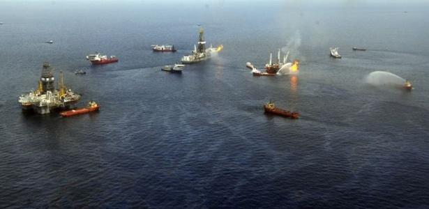 Fotografia aérea mostra os trabalhos para combater vazamento de petróleo no local onde a plataforma da Deepwater Horizon afundou, no Golfo do México