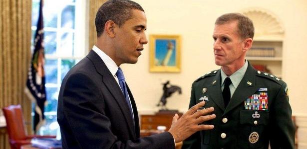 À direita, general Stanley McChrystal, na época em que foi indicado como comandante no Afeganistão