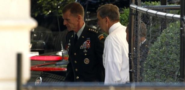 General Stanley McChrystal chega na Casa Branca para se encontrar com o presidente dos Estados Unidos, Barack Obama