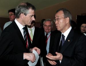 O ministro dos Negócios Estrangeiros da Noruega, Jonas Gahr Store (esquerda, conversa com o secretário-geral da ONU, Ban Ki-moon (direita), durante audiência do Tribunal Penal Internacional em Uganda