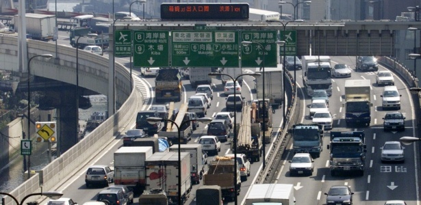 Tráfego intenso de veículos em via expressa de Tóquio