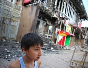 Cenário de destruição é visto em Osh (Quirguistão) após os confrontos étnicos que explodiram no último dia 10, em foto divulgada pela Cruz Vermelha
