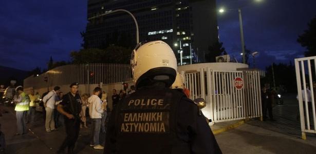 Policias fazem guarda em ministério na Grécia após bomba explodir e matar servidor em Atenas