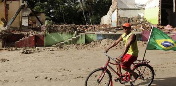 Homem pedala em meio &#224; destrui&#231;&#227;o em cidade alagoana; <strong> veja mais imagens das estragos </strong>