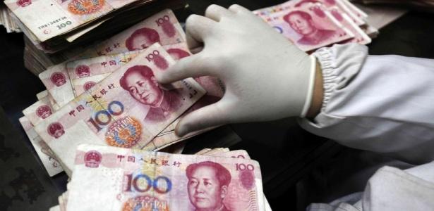 Funcionário do Banco da China conta dinheiro em uma agência de Changzhi