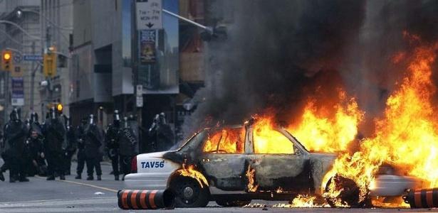 Manifestantes queimam carro da polícia em protesto contra reuniões do G8 e G20