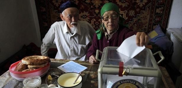 Casal de idosos vota em referendo no Quirguistão para abolir o regime presidencialista no país