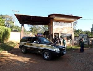Polícia civil já está há mais de cinco horas e meia vistoriando o condomínio em que Bruno tem casa em Esmeraldas