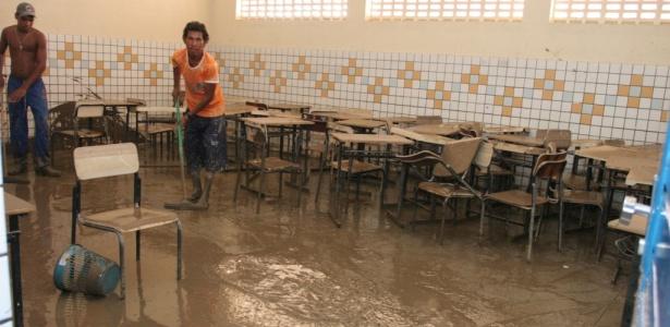 Funcionários e voluntários de escola estadual trabalham em limpeza em Rio Largo (Alagoas)