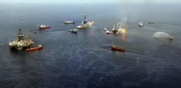 Fotografia aérea mostra a queima do petróleo captado no golfo do México pelas equipes de limpeza da BP