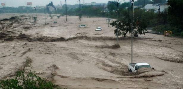 O rio Santa Catarina ficou agitado na última sexta-feira com a passagem do Alex, em Monterrey