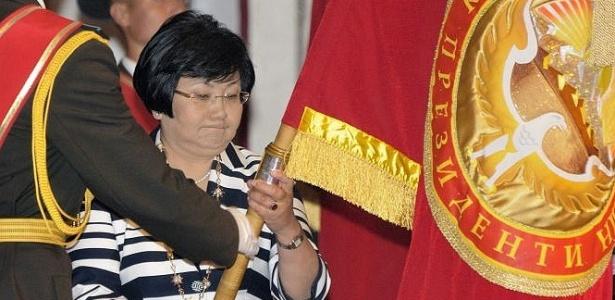 Rosa Otunbayeva toma posse como presidente do Quirguistão